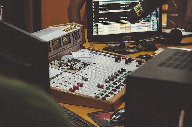 Mesa de edição é uma das ferramentas dos profissionais entre algumas profissões na área musical.
